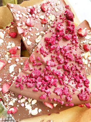 Ломаный шоколад с клубникой, кешью и вафельными жемчужинами