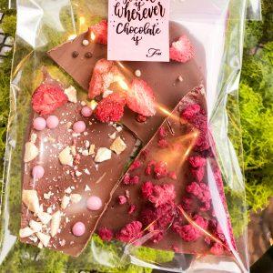 Ломаный шоколад с клубникой и вафельными жемчужинами