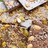 Ломаный шоколад с изюмом и карамелизированным фундуком
