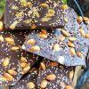 Ломаный шоколад с миндалем и вафельными жемчужинами