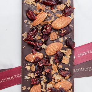 Шоколадная плитка I LOVE CHOCO 8х из темного шоколада ручной работы с добавлением вяленой клюквы, колотого миндаля и вафельных жемчужин.
