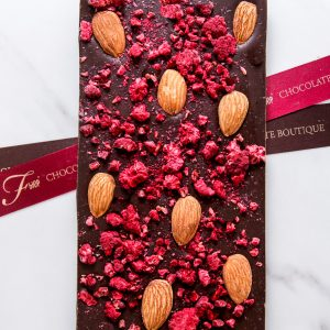 """Шоколадная плитка из шоколада ручной работы """"ФЬЮР"""" с добавлением натуральной малины и золотистого обжаренного миндаля."""