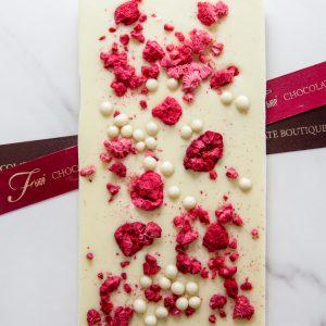 белый шоколад с клубникой и молочными жемчужинами