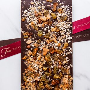 """Шоколадная плитка из шоколада ручной работы """"ФЬЮР"""" с добавлением светлого изюма, карамелизированного фундука и вафельных жемчужин."""