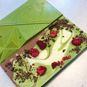 Шоколадная плитка с японским чаем матча, малиной, мраморным рисунком из белого и молочного шоколада