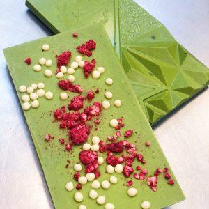 Шоколадная плитка GOLD с соленой карамелью в вафельных жемчужинах и колотыми обжаренными какао бобам