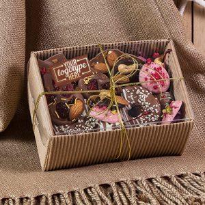 Микс из шоколадных лакомств в крафтовой упаковке