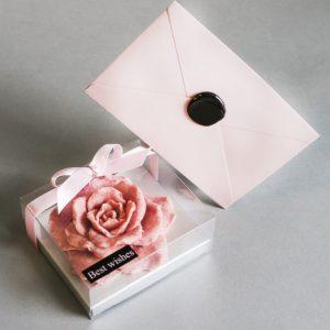 Шоколадная розочка ручной работы с малиной и клубникой