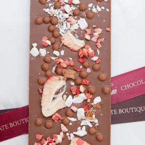 """Плитка """"I love choco""""добавлением клубники, миндаля, вафельных жемчужин. (МЕЛКИЕ КУСОЧКИ)"""
