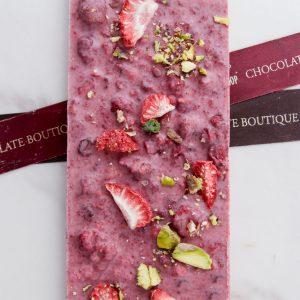 Шоколадная плитка I LOVE CHOCO 8х из малинового шоколада ручной работы с добавлением клубники и фисташки. Фирменная рецептура на основе натуральной малины. Упаковка в герметичный пакет с подарочной лентой. Вес - 72-80 гр.