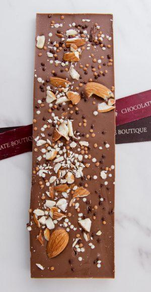"""Плитка """"I LOVE CHOCO"""" 8X c дробленным миндалем и шоколадными жемчужинами"""